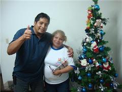 """EL DIRECTOR DEL INFORMATIVO """"VOCES CIUDADANAS"""" DE LIMA SUR, AL LADO DE SU MADRE MARIA AMELIA."""