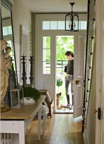a seaside house inngangsd r med vinduer rundt. Black Bedroom Furniture Sets. Home Design Ideas