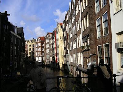 Imagini Olanda: biciclete si canale in Amsterdam