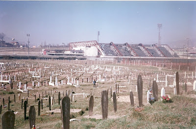 Imagini Sarajevo: cimitirul si patinoarul olimpic