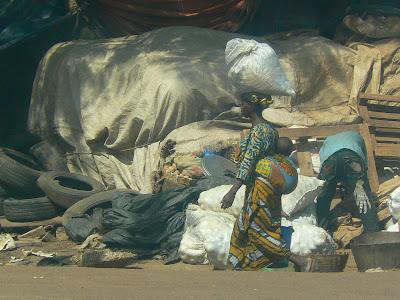 Imagini Bamako: femeie cu un sac pe cap