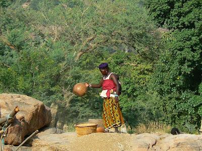 Imagini Pays Dogon: femeie care treiera grane (milet)