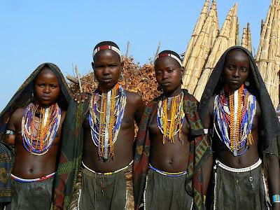 Imagini Etiopia: adolescente pozand - Arbore