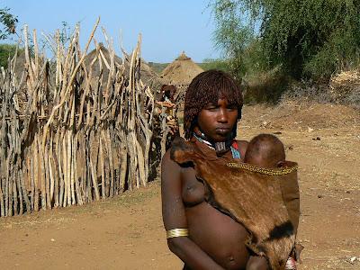 Imagini Etiopia: Hamer - sat african, mama cu copil