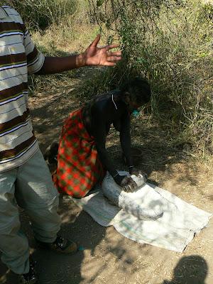 Obiective turistice Etiopia: femeie mursi facand de mancare