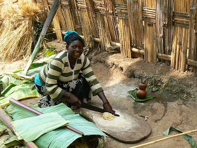 Imagini Etiopia: femeie dorze preparand faina din banana falsa