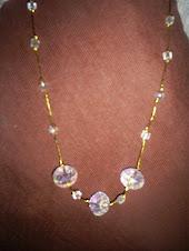 colar em fio dourado e cristais quartzo branco sintético