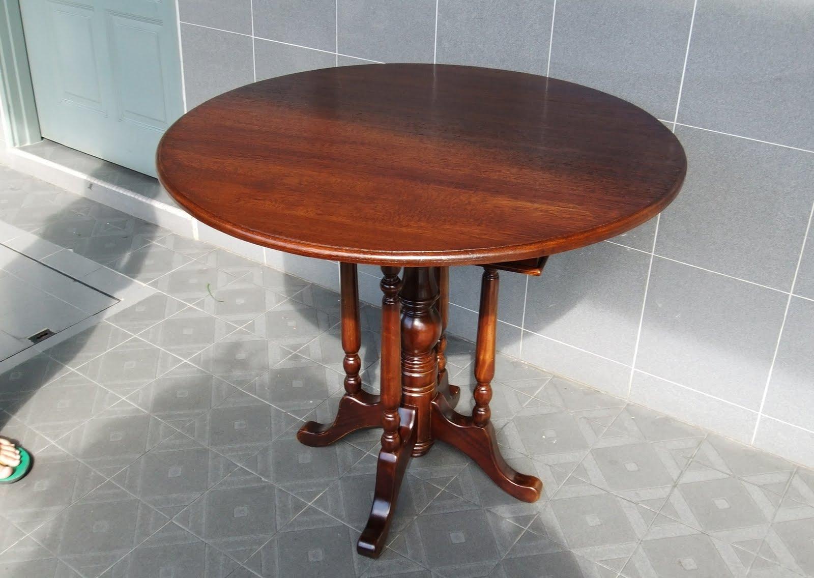 A round wooden top kopitiam