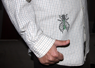 mosca punto de cruz sobre camisa