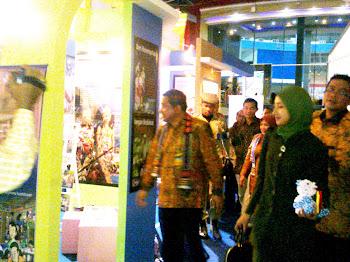 Menteri Pendidikan Muhammad Nuh di Booth Stand Hari Aksara