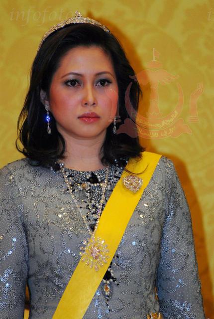 Azrinaz Mazhar selamat diijab kabul dengan Sultan Brunei dalam satu