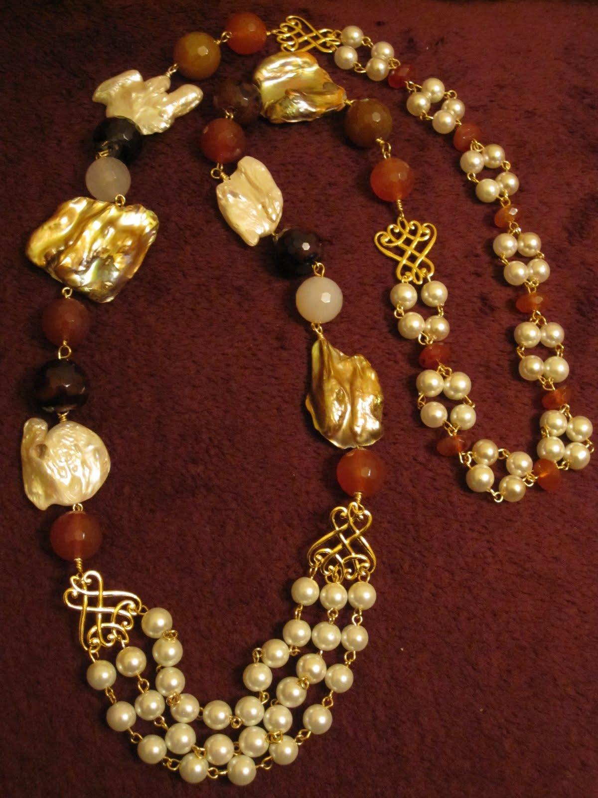Collar largo en dorado con 6 perlas irregulares naturales en tonos marrón y blanco, diversas ágatas facetadas (color miel, marrón oscuro, marrón rojizo,