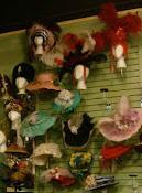 אוסף כובעים על הקיר