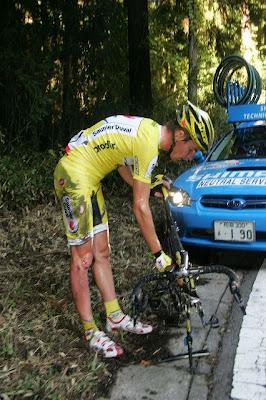 山頂を越えてすぐの急コーナーで落車し、優勝を逃したリカルド・リッコ(サウニエルドゥバル・プロディール)