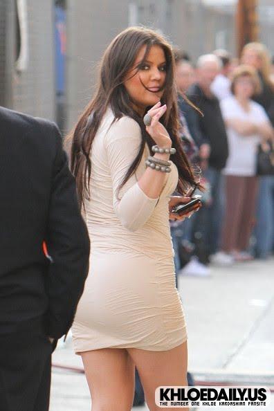 Perciosa con una sugerente minifalda y unos tacones de infarto paseando.Nos envia un sugerente saludo.!!hola Khloe!
