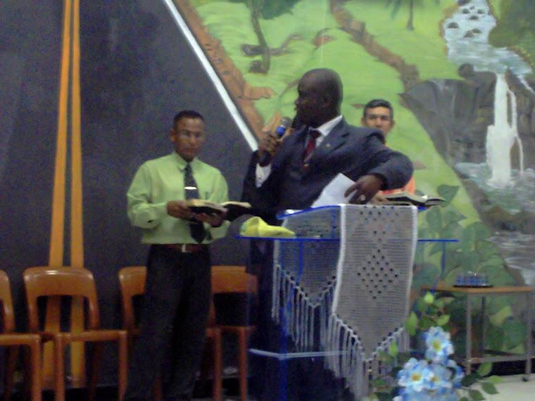 O pastor ministrando a palavra de Deus