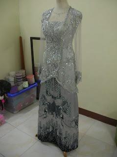 ... Modern dan Gaun Pengantin: Kebaya Silver Abu-abu dengan Batik Aplikasi
