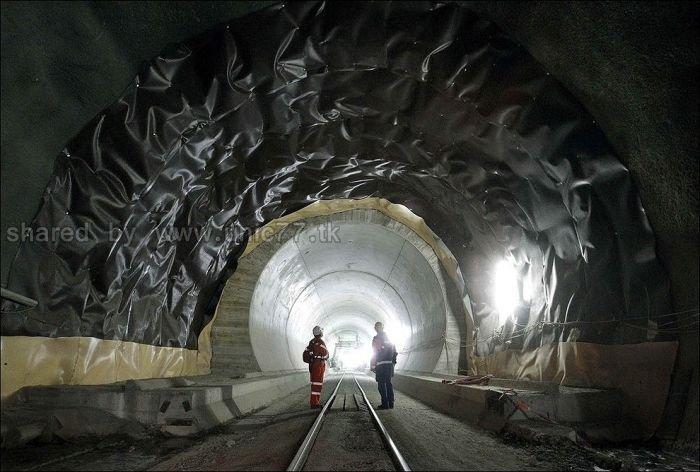 http://3.bp.blogspot.com/_EHi0bg7zYcQ/TL6DKv8IQBI/AAAAAAAAO6o/nDC3RnCBD5o/s1600/the_longest_tunnel_in_the_world_03.jpg