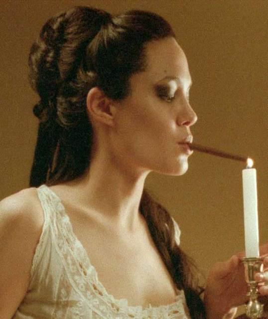 Le estatiche della sigaretta Angelina-jolie-smoking-a-cigar