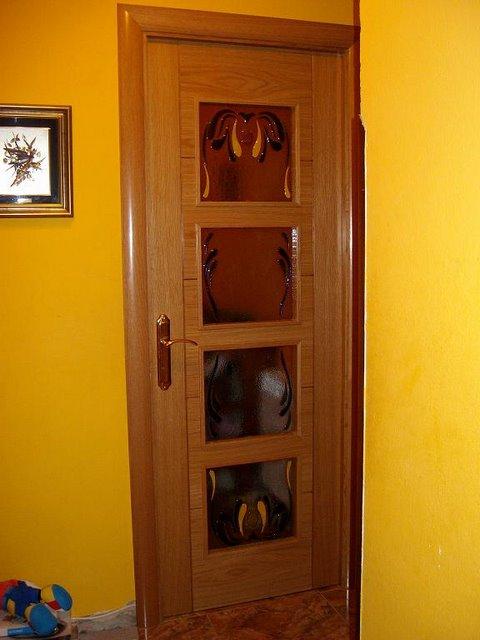 Muebles decoratiba adolfo ibarra v puerta de madera con for Vidrios decorados para puertas interiores
