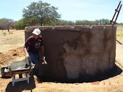 O reboco da parte externa da cisterna