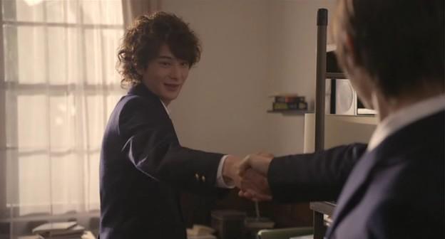 Takuma membereskan barang-barang di kamar barunya. Tidak lama kemudian