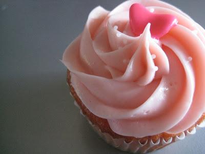 Eat My Cupcake: happy bday cindy: strawberry-banana cupcakes