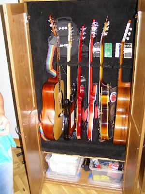 Un armario para guardar guitarras con diktad mi llave allen for Mueble guitarras