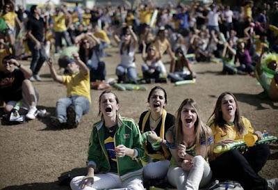 hinchas-brasilenas-television-futbol-brasil-holanda-mundial-sudafrica-2010.jpg