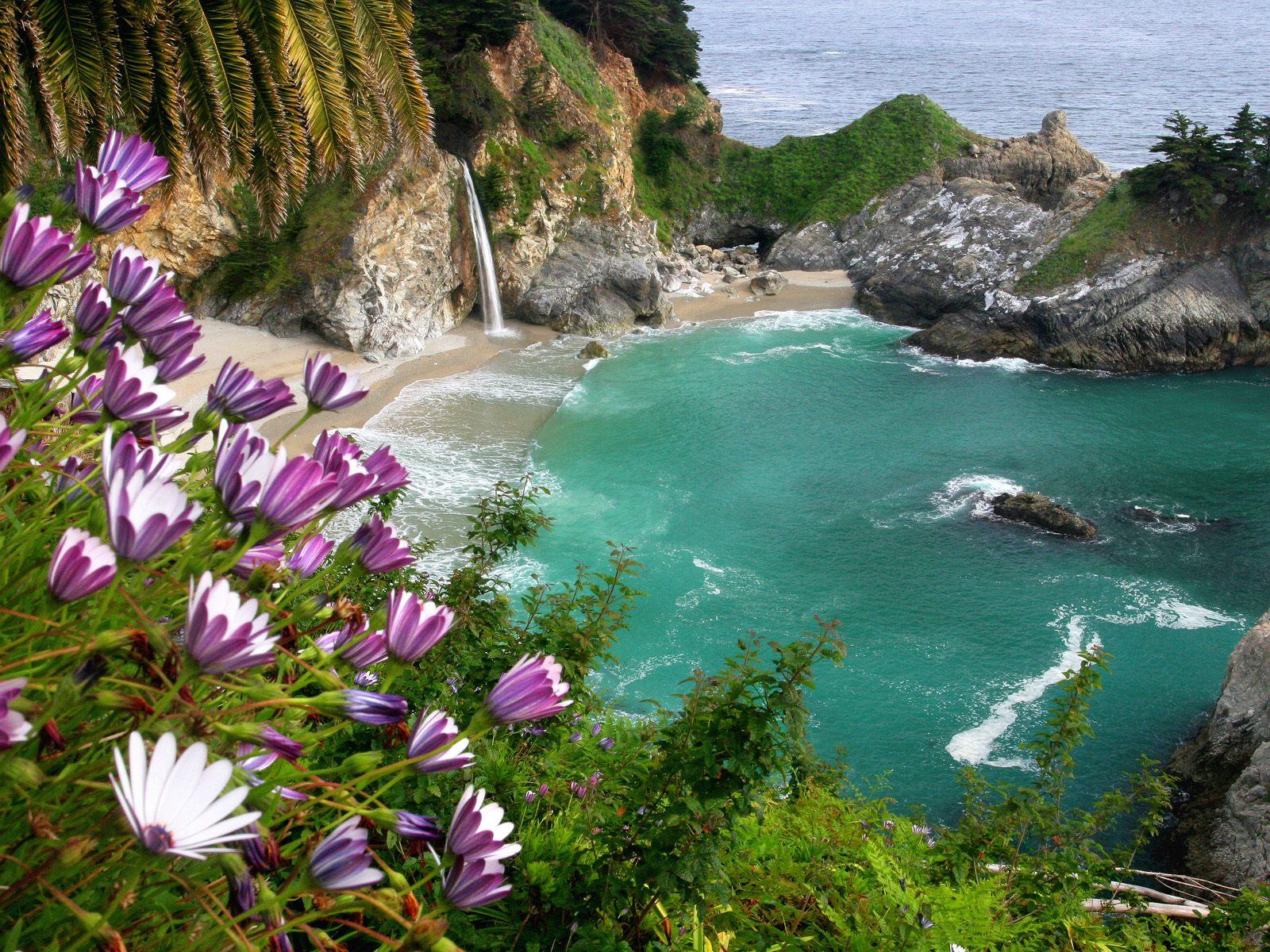 cascadas de agua frente al mar