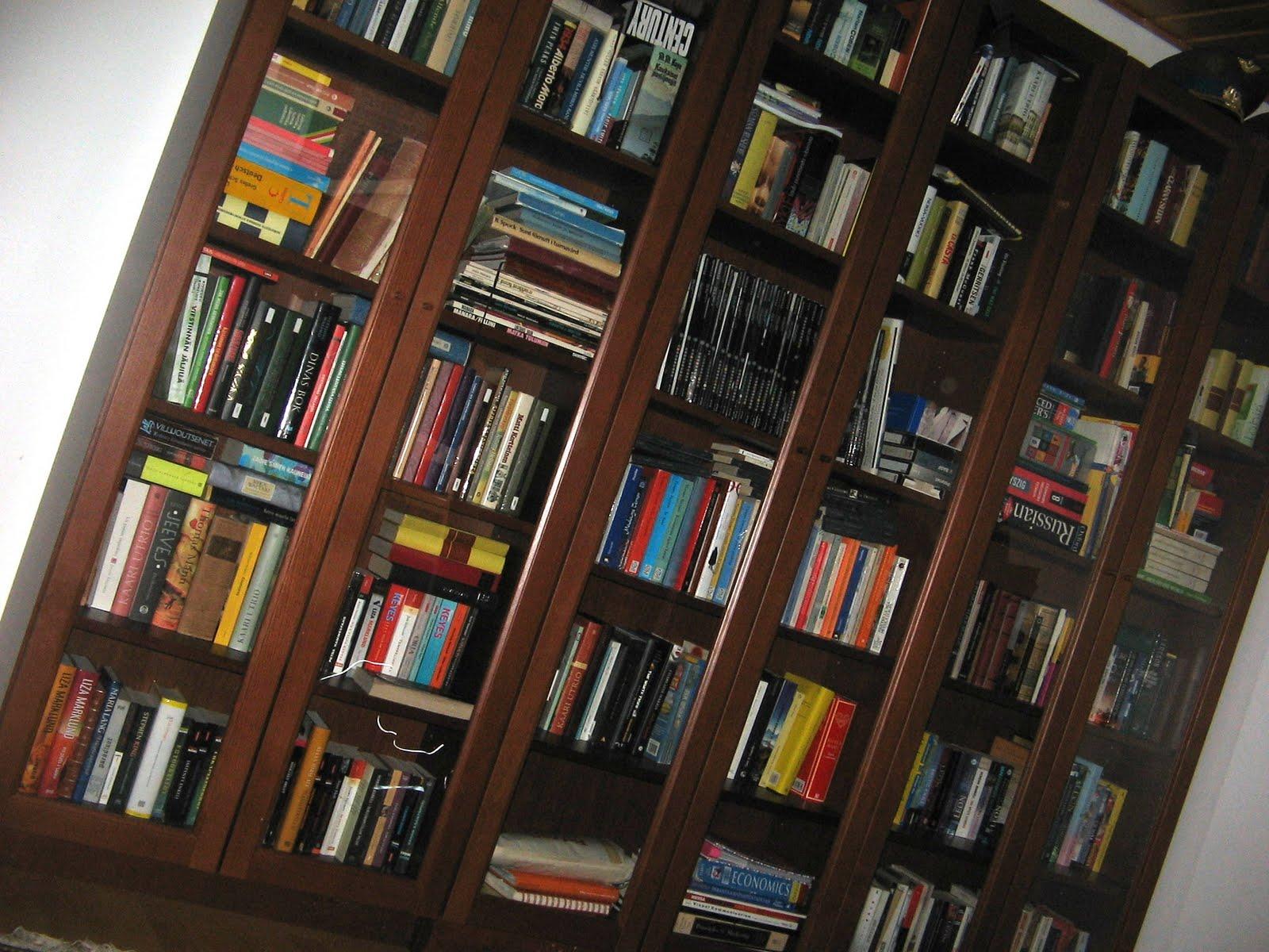 Valkoinen kirjahyllystä, lasiovet