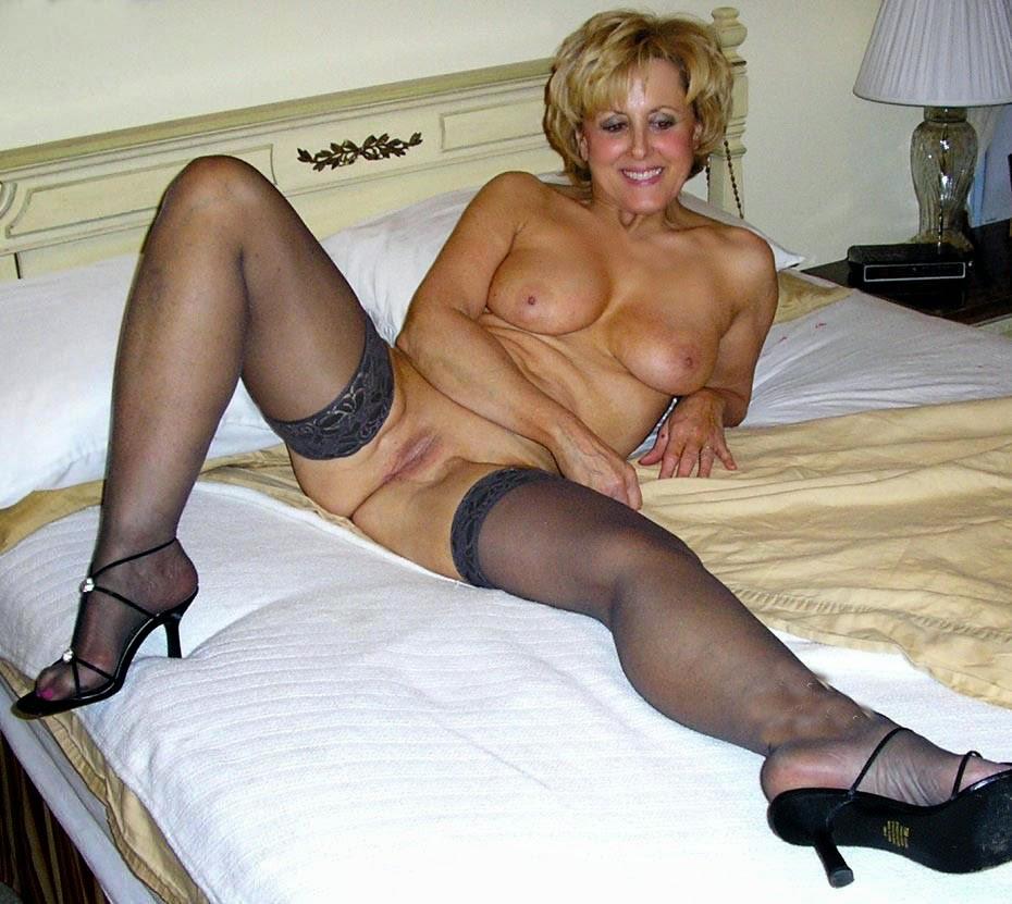фото голых женщин в возрасте в чулках