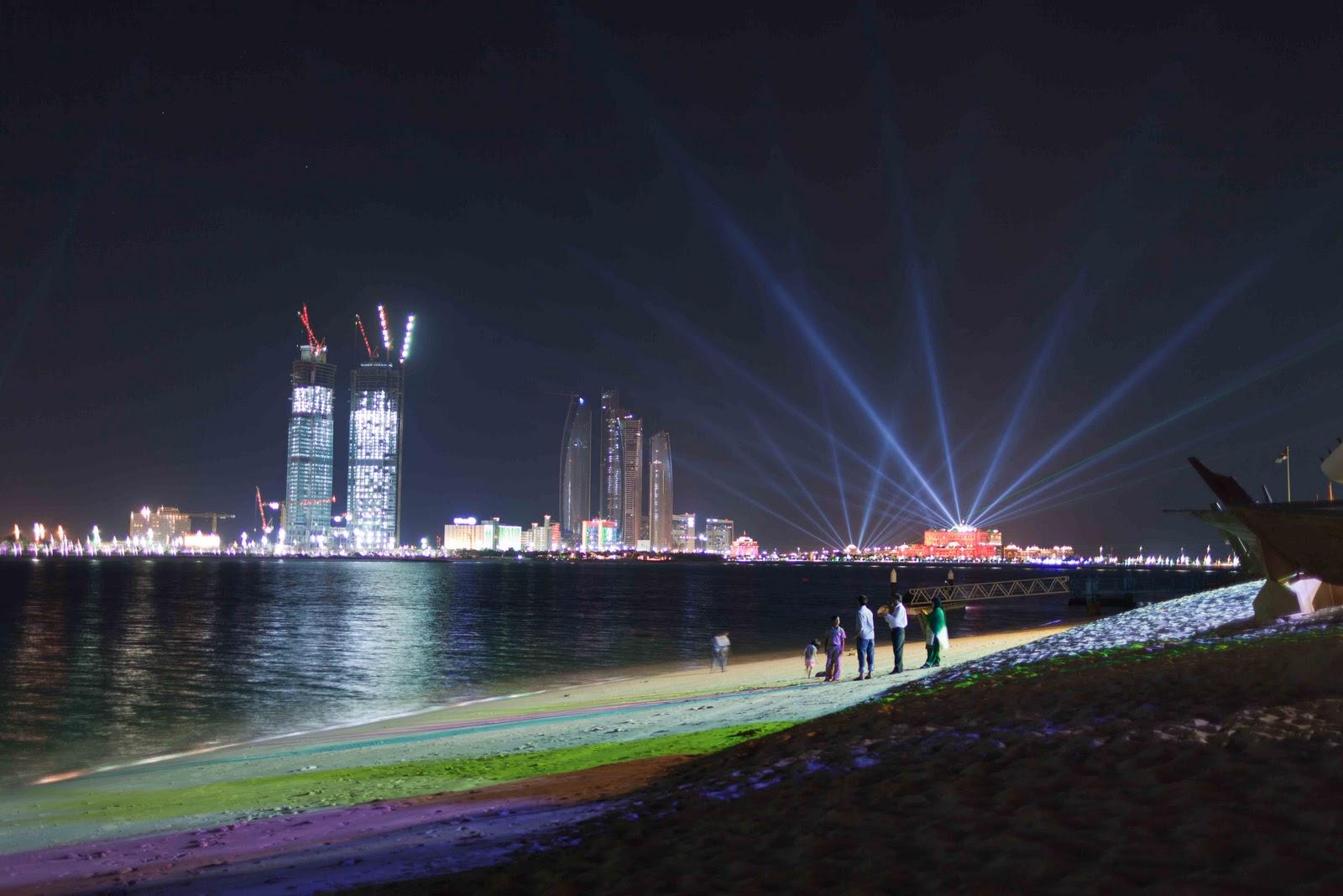 abudhabi cae la noche y los edificios iluminan la ciudad de una manera especial es el aniversario de la unificacin de los emiratos en un solo pas