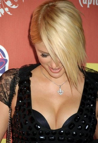 [Paris-Hilton-Cleavage-Show-6-705960.jpg]