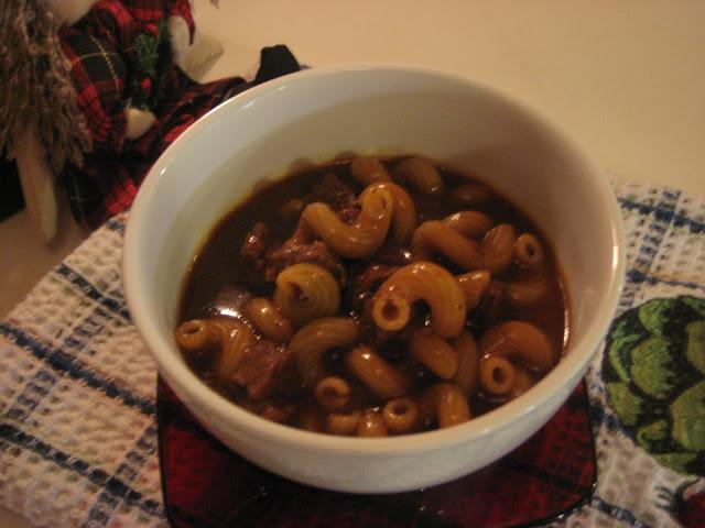 Marie est dans son assiette macaroni aux cubes de boeuf comme le pr parait la m re de sara - Consomme de boeuf maison ...