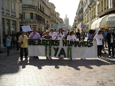 cabecera de la marcha con pancarta : derechos humanos¡ya!