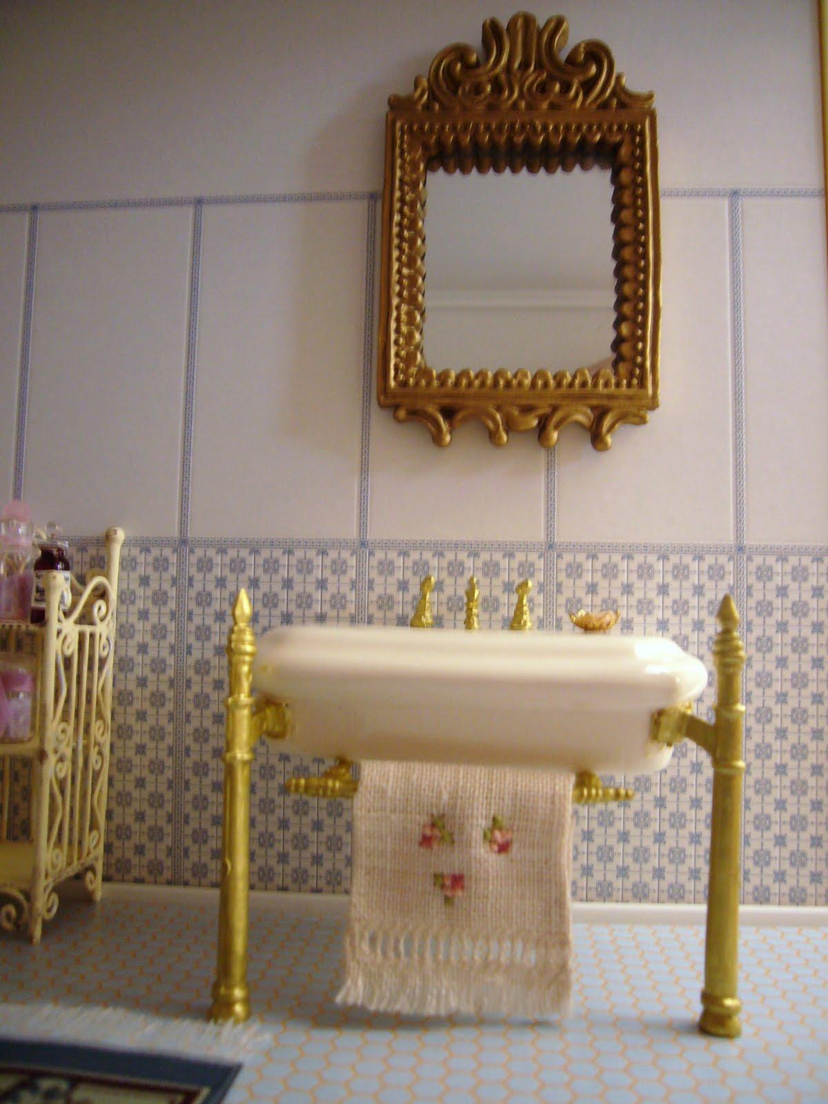 la casa delle bambole di flora: Charme nella stanza da bagno