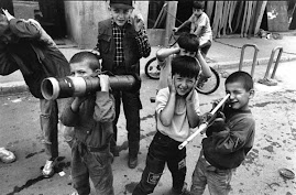 Crianças brincando com armas em Saravejo