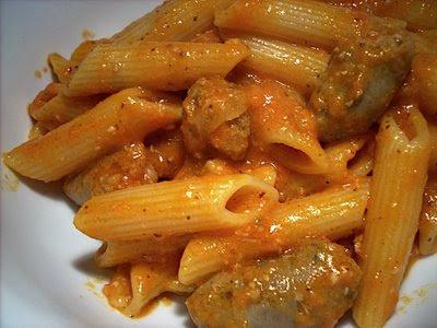Spaghetti con tomate y salchichas