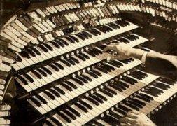Professor Alcino comprou um teclado novo