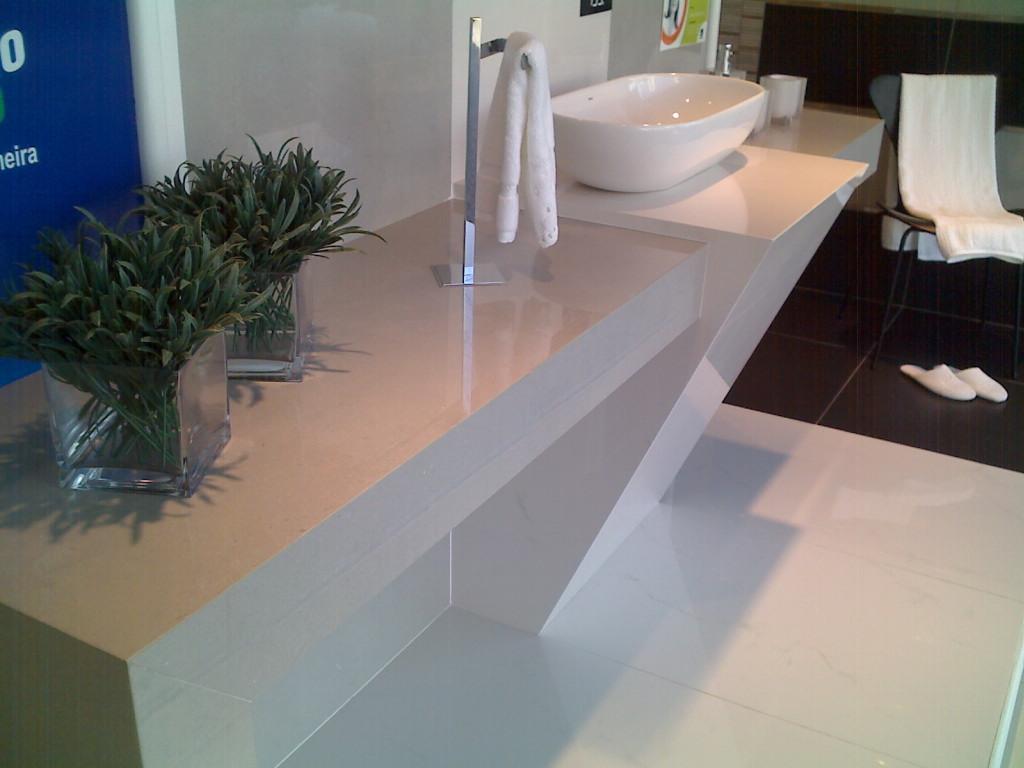 Inovação em Porcelanato: Bancadas com cubas de vidro e louças #082B63 1024x768 Banheiro Com Bancada De Porcelanato