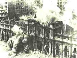 A LOS CHILENOS LES ENCANTA BOMBARDEAR SU PALACIO DE GOBIERNO...