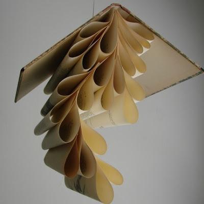 les livres de mazel quand les vieux livres se transforment en oeuvres plastiques. Black Bedroom Furniture Sets. Home Design Ideas