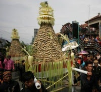 Ritual Ya Qowiyyu Sebar 38.000 Kue Apem