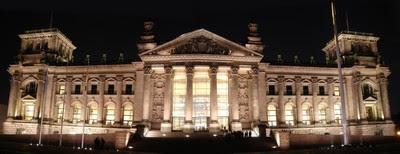 Panorámica nocturna del Reichstag, hoy el Bundestag o Parlamento