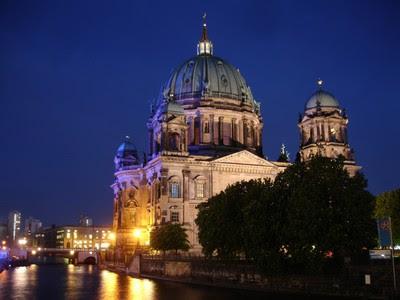 Berliner Dom y el río Spree de noche