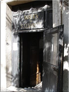 Discreta puerta de entrada