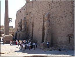 Ramsés II flanquea la entrada