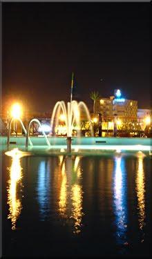 Solitaria la piscina del barco en la noche