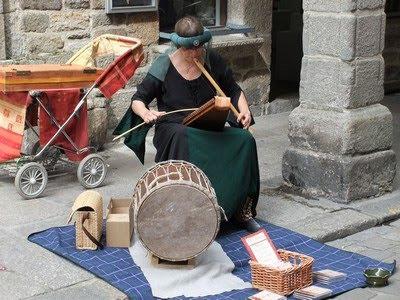Musica de la época abientando las calles